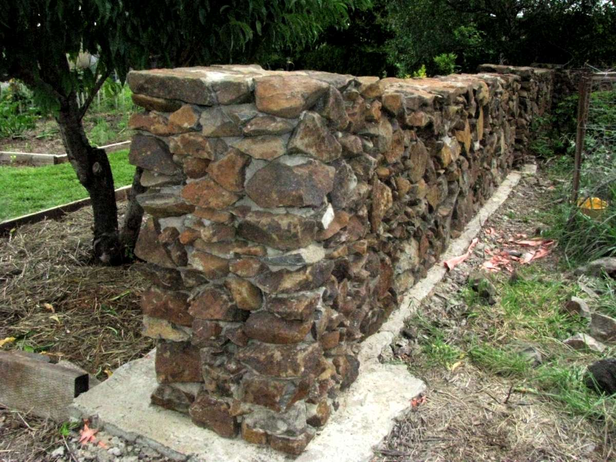 Stone Wall Construction : Building good looking stone walls