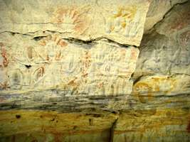 Carnarvon Gorge artwork wall of one thousand vulvas emu tracks human hands ochre