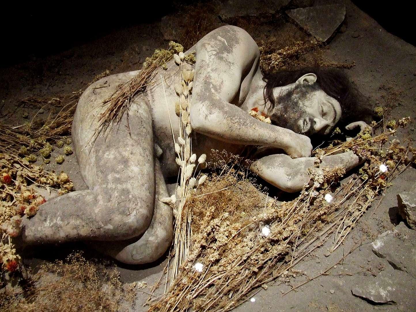 Трахаются на могилах 11 фотография